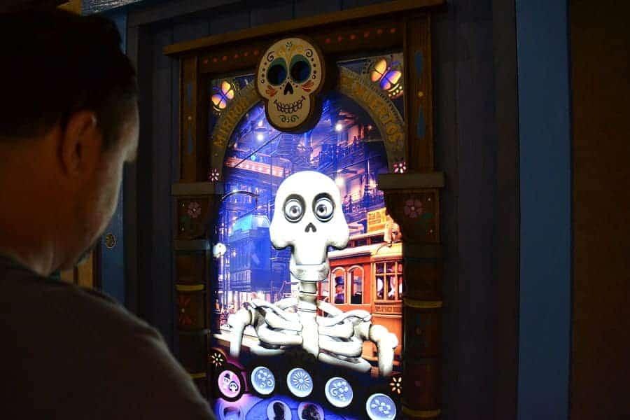 Mirror de Muertos in Epcot